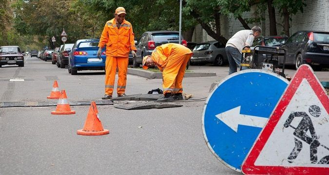 Crimea: Road markings applied directly to pits (PHOTO)