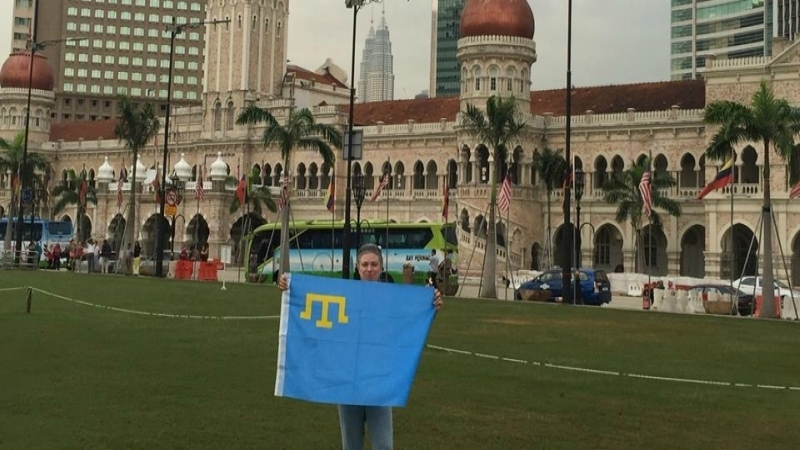 Flash mob to Crimean Tatar Flag Day ongoing in social networks
