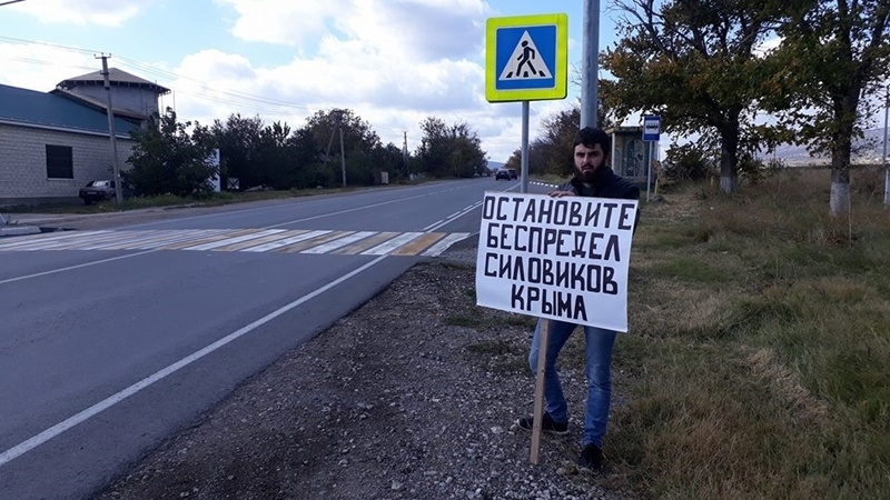 Police continue questioning participants of pickets in Crimea