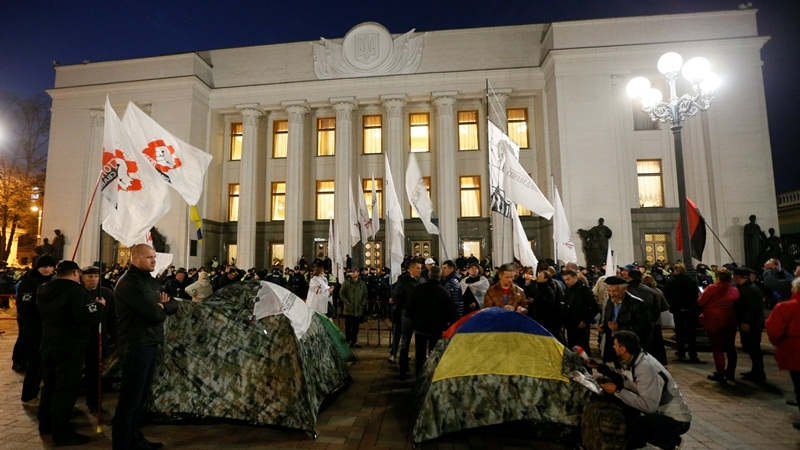 Poroshenko refused to meet delegates from rally outside Parliament