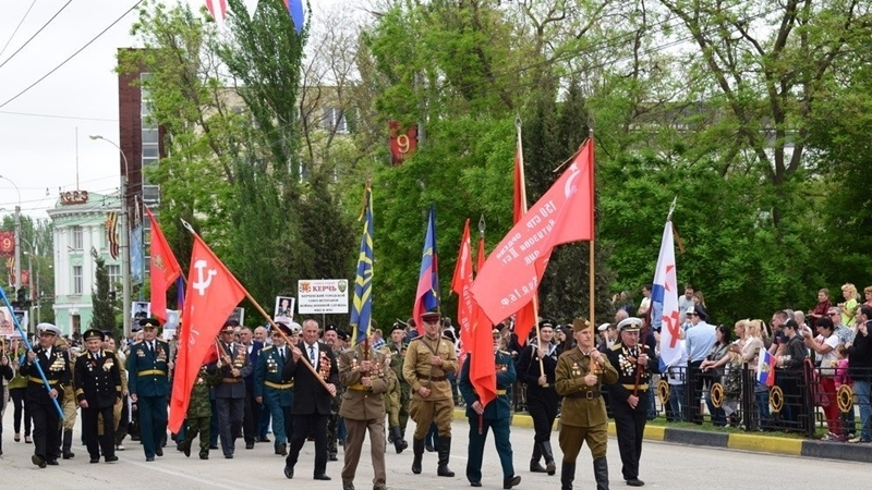 """Victory Day in Crimea: Parade of troops, field canteens with Vodka and """"Immortal Regiment"""""""